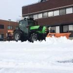 Tractor Deutz Agro Plus 410 met sneeuwschuif en zoutstrooier