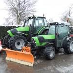 Tractors met sneeuwschuif en zoutstrooier