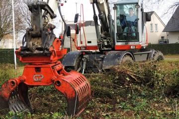 Grondwerk renovatie groenvoorziening bij Het Engels kerkhof te Nederweert